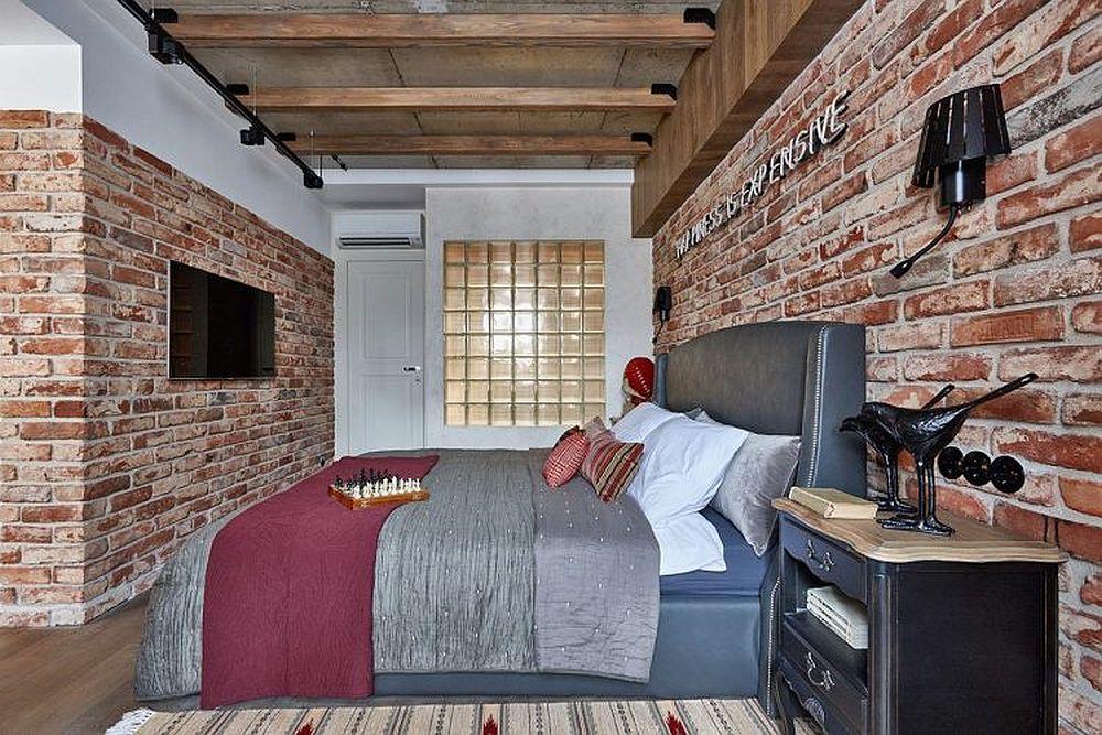 Din dormitor se accede în dressing și baie, ambele încăperi fiind delimitate cu o singură ușă față de spațiul dedicat odihnei. Pentru lumină naturală în baie, designerul a prevăzut ca peretele să fie parțial construit cu cărămizi din sticlă, un alt element speific stilului loft.
