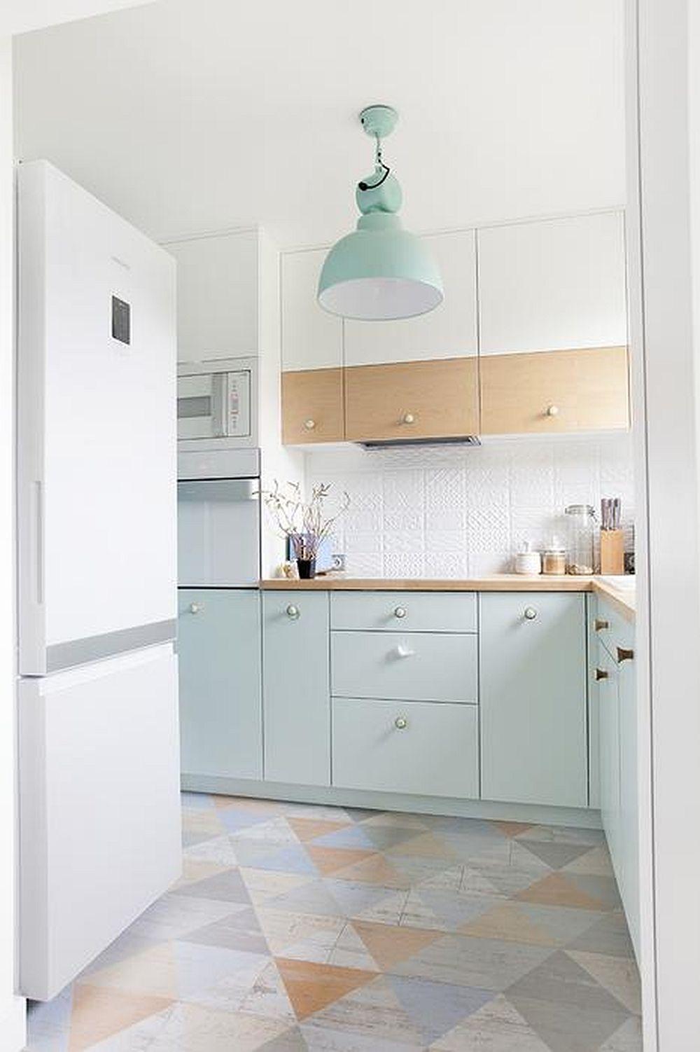Nunațele pastelate folosite în amenajarea bucătăriei amplifică lumina naturală, care nu este obturată de către draperii. Nuanța rece a mentei este frumos încălzită de prezența lemnului și devine mai luminoasă alăturată suprafețelor albe. Spațiu mic în bucătărie, dar excelent organizat, verticala încăperii fiiind folosită la maximum pentru corpuri suspendate.