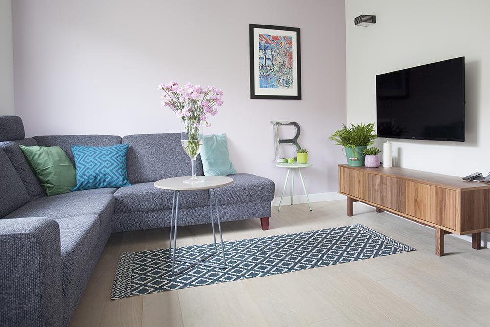 Spațiul dedicat livingului este strict mobilat cu piesele necesare. Pentru că al doilea dormitor a fost desființat, livingul s-a dorit să fie o cameră ce poate fi separată în cazul în care există invitați. Ușile culisante care-l delimitează protejează spațiul și de zona bucătăriei.