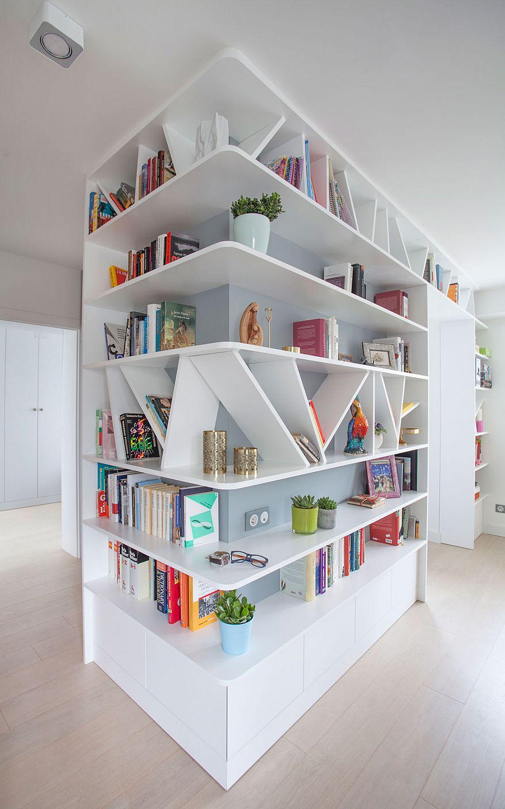 La intrarea în locuință ceea ce atrage prima dată atenția este biblioteca configurată pe colț, care ajunge din spațiul holului în cel al sufrageriei. Ușa bucătăriei a fost zidită, iar din hol se mai citesc doar două uși interioare - cea a băii și a dormitorului matrimonial.