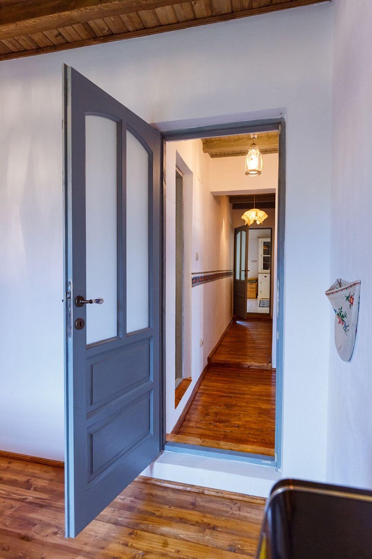 Legătura între partea veche și cea nou din casă se face prin intermediul unui hol. De o parte și de alta a holului sunt două din cele trei dormitoare, iar mai încolo se trece printr-o încăpere pentru a ajunge în zona nouă a casei.