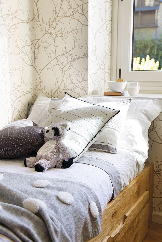 Pentru că spațiul disponibil era dificil de amenajat, unul dintre paturile copiilor a fost situat sub fereastră. Tâmplăria termoizolantă însă asigură tot confortul necesar.