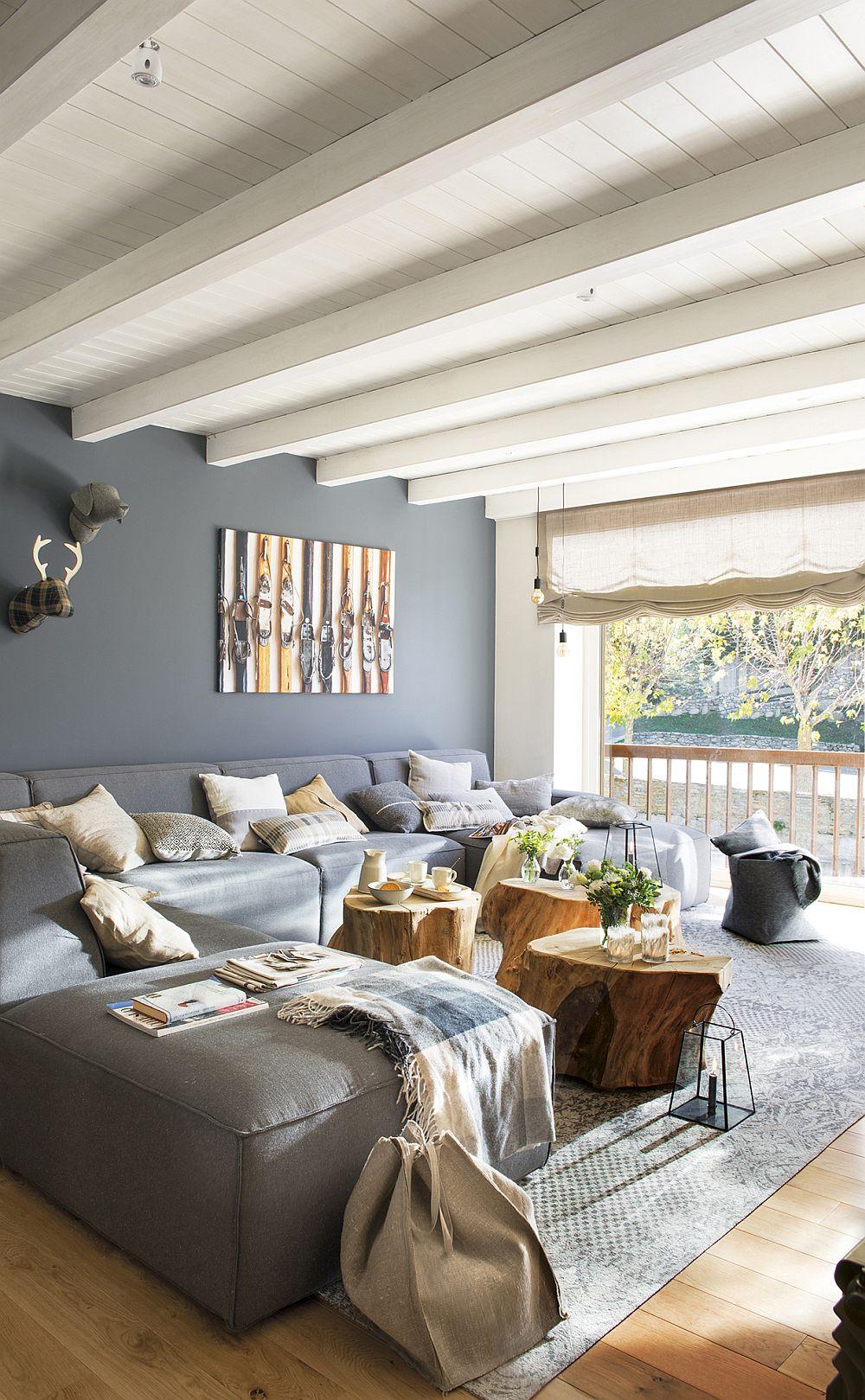 Înălțimea parterului nu este mare, așa că nu întâmplător canapeaua din living a fost aleasă cu o tapițerie apropiatp ca și nuanță de cea a peretelui. Astfel, canapeaua nu mai fragmentează cromatic zona din living, păcălind ochiul asupra înălțimii reale a camerei. Desigur și plafonul alb ajută foarte mult pentru această senzație.