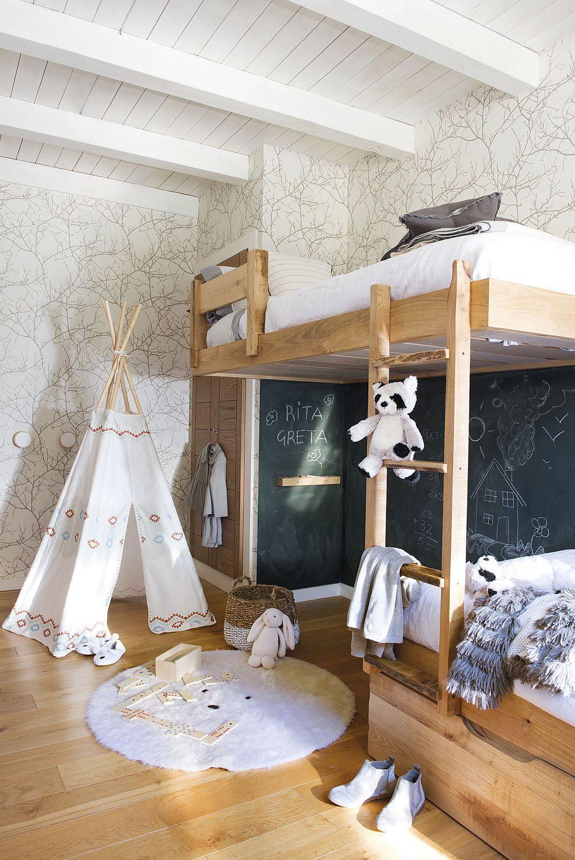 Patul etajat din camera copiilor a fost realizat pe comandă. Sunt el este creată o zonă de joacă, pereții fiind îmbrăcați cu panouri de tablă. Patul a fost gândit pentru a prelua forma mai atipică a spațiului, după el fiind un dulap încastrat. Albul este folosit din plin atît pentru finisaje, cât și pentru decorațiunile textile, asta pentru a spori senzația de luminozitate.