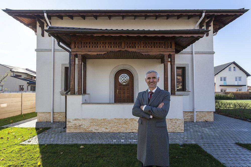 Arhitectul Adrian Păun în fața fațadei cu intrarea principală în casa pe care a proiectat-o pentru familia din comuna Berceni.