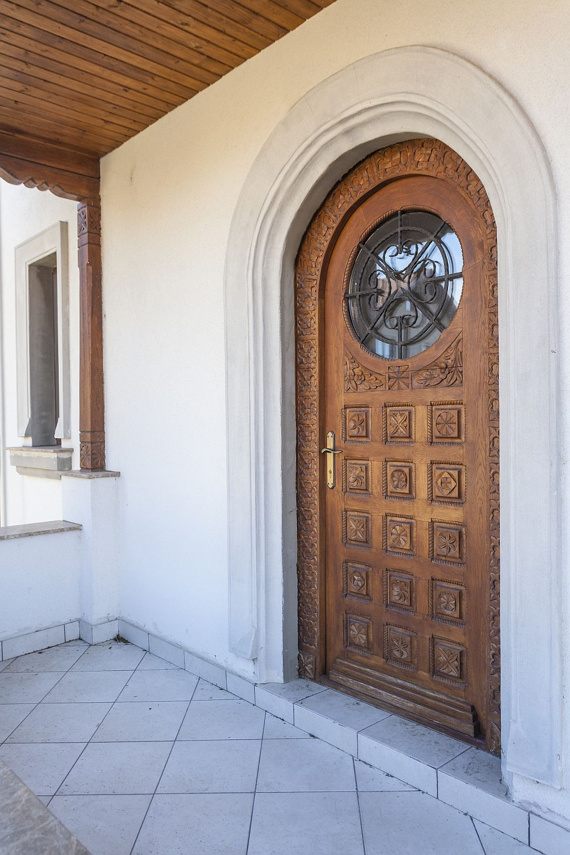 Ușa de intrare în casă a fost realizată conform proiectului arhitectului Adrian Păun la un meșter tâmplar pe care domnul arhitect îl are în lista sa scurtă de colaboratori.