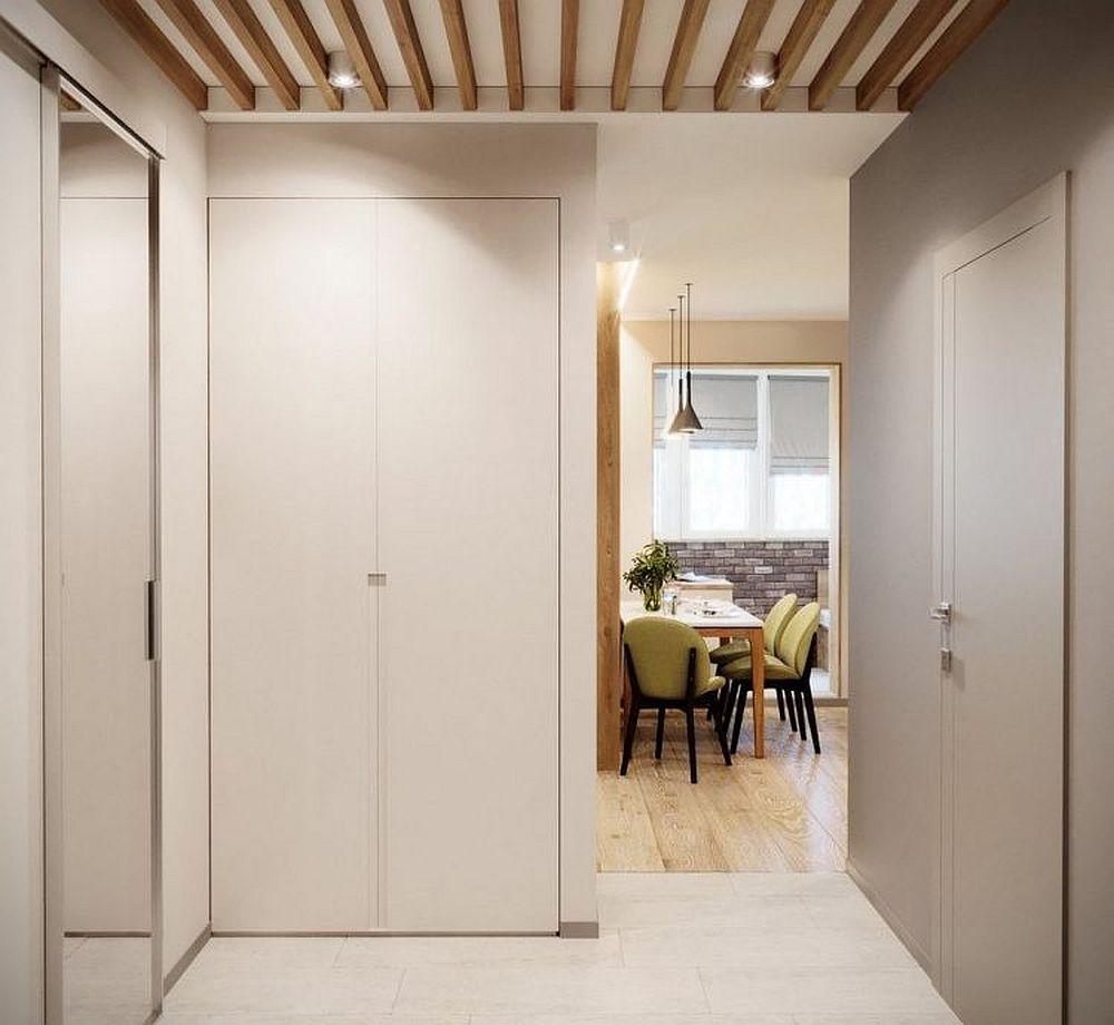 Camera este separată față de zona de intrare în casă prin intermediul unui dulap realizat pe comandă.