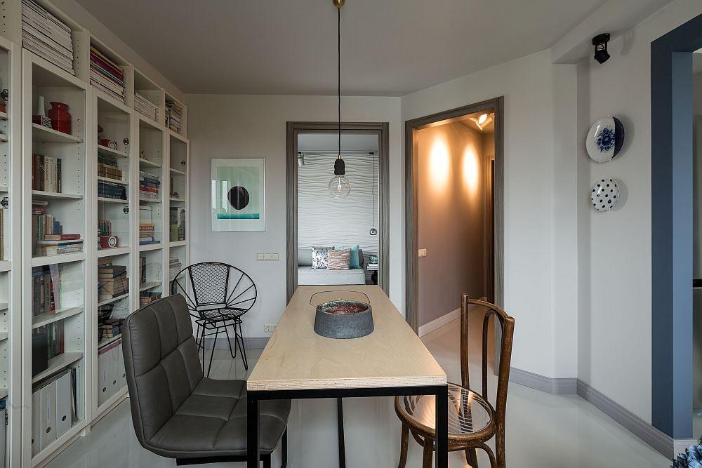 Din camera de zi se vede încăperea dedicată odihnei, dar care este amenajată mai degabră ca o prelungire a livingului.