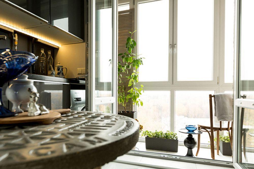 Bucătăria beneficiază de balcon mic, așa că lumina naturală pătrunde din plin aici ceea ce face ca spațiul să se simtă mai aerisit.