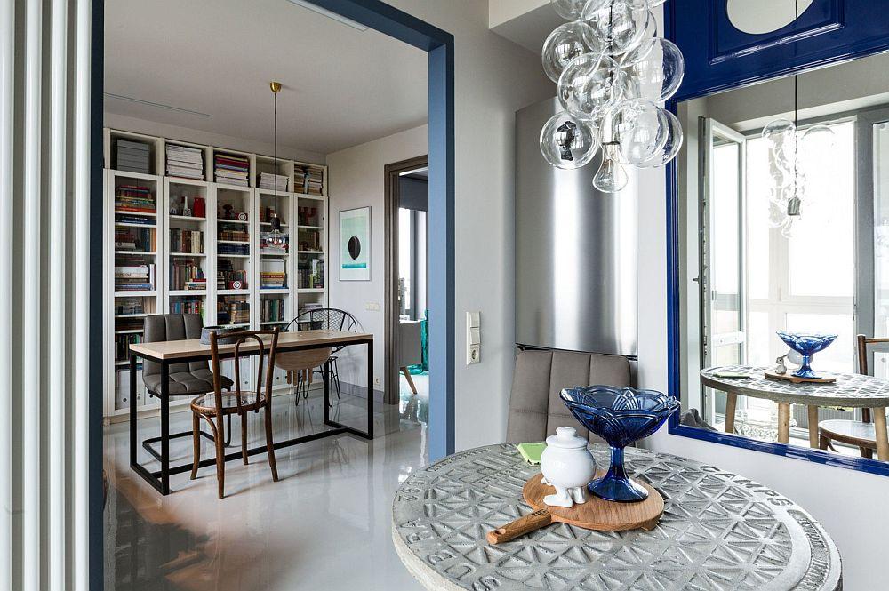 Și în bucătărie există o oglindă pe peretele opus ferestrei, ceea ce amplifică senzația de lumină naturală, dar și de spațiu mai generos.
