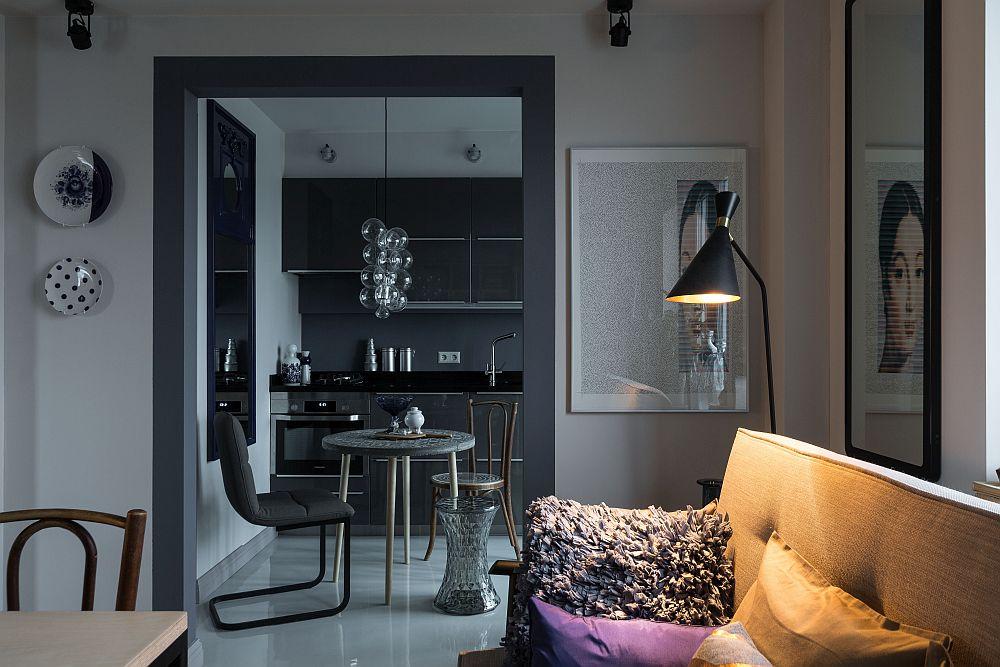 Bucătăria comunică deschis cu încăperea de zi prin intermediul golului de ușă lărgit.