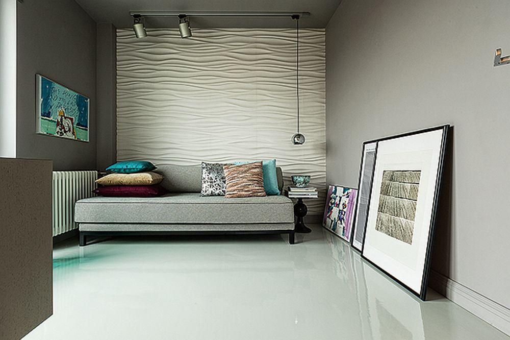 Fără dulapuri și cu legătură către camera de zi, designerul a gândit dormitorul exact pentru o persoană. Astfel, patul are imaginea unei canapele, neocupând o suprafață mare din cameră. Mobilarea este una minimală: pat cu o măsuță pe post de noptieră și o comodă în fața patului ca loc de tv și pentru depozitare.