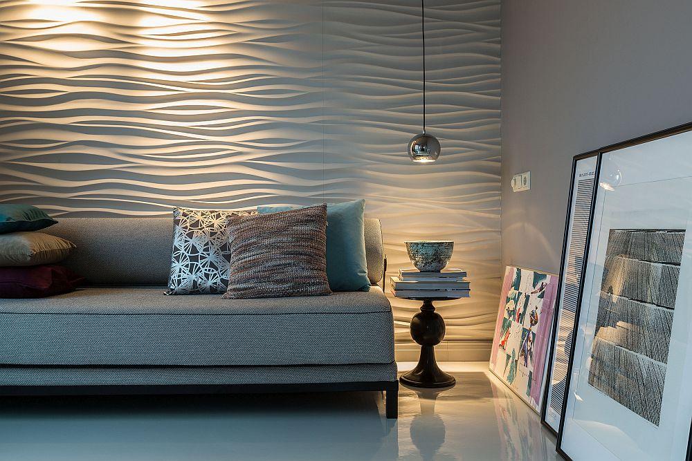 Peretele din spatele patului a fost îmbrăcat cu panouri decorative cu model tridimensional (3D), pus în valoare prin iluminatul cu reflectoare reglabile.