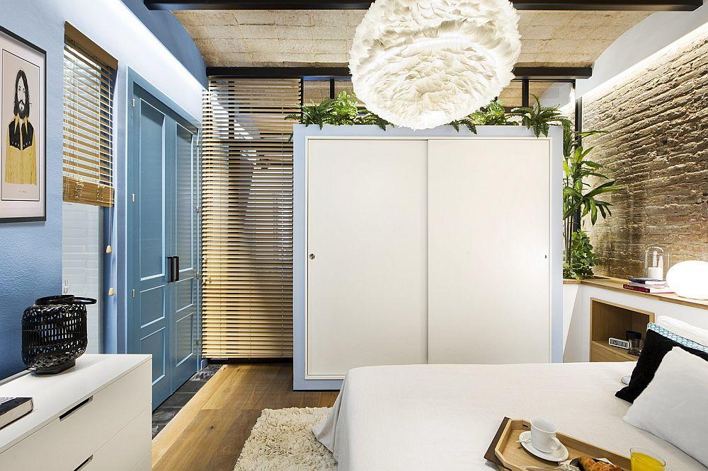 Pentru intimate în dormitor, atunci când proprietarii au invitați pe care-i găzduiesc în living, s-a prevăzut prezența jaluzelelor din lemn.