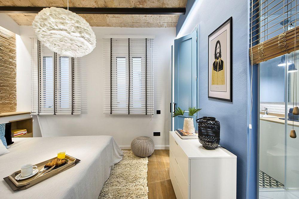 Pentru ca zona de duș din baie să beneficieze de lumină naturală, arhitecții au prevăzut o fereastră interioară.