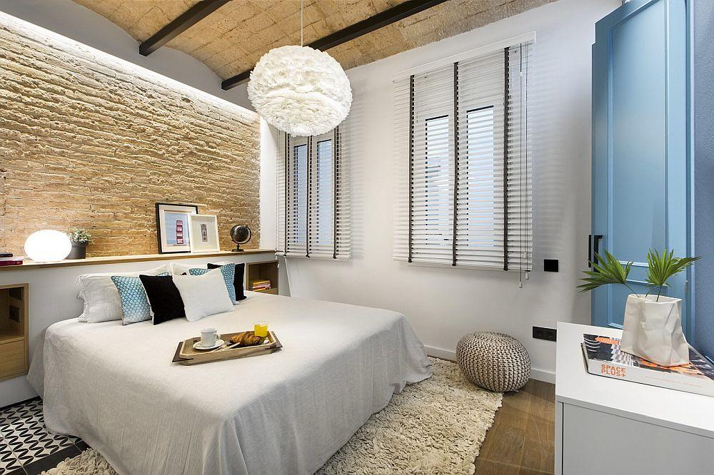 Cele două ferestre ale dormitorului sunt dotate cu jaluzele orizontale albe care să fie cât mai natural camuflate în ansamblul peretelui alb, iarăși o zonă de calm binevenită în camera dedicatp odihnei.