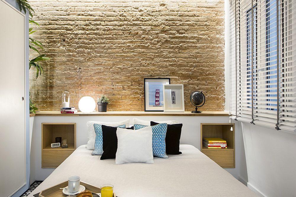Tăblia patului este configurată din mobilier și include locul de noptiere. Spațiul este mic, așa că s-a ținut cont de fiecare centimetru pentru ca totul să fie bine organizat.