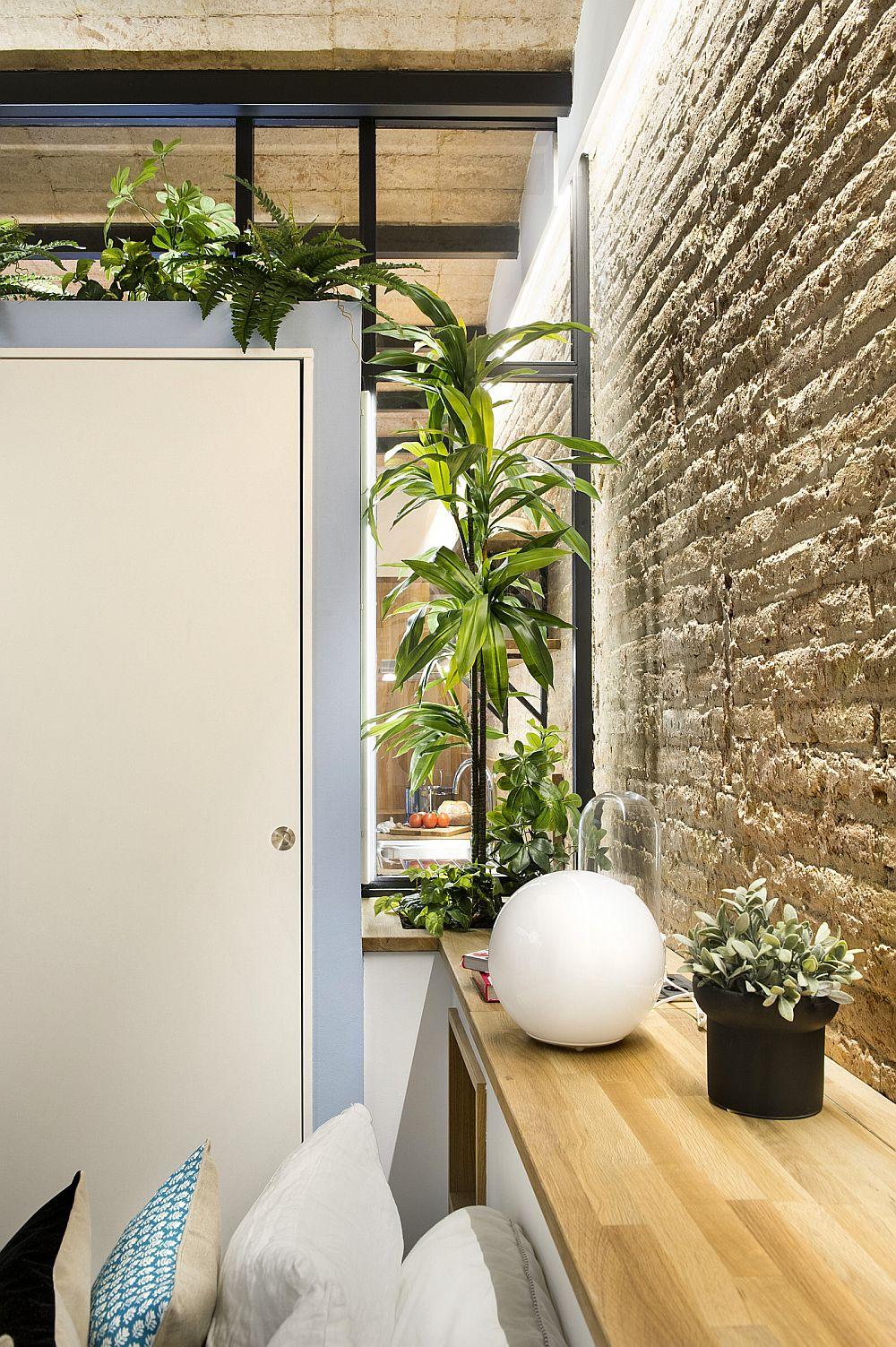 Între dulapul din dormitor și perete, la nivelul tăbliei patului a fost inserată o jardinieră, astfel încât plantele să ofere mai multă intimitate în dormitor.