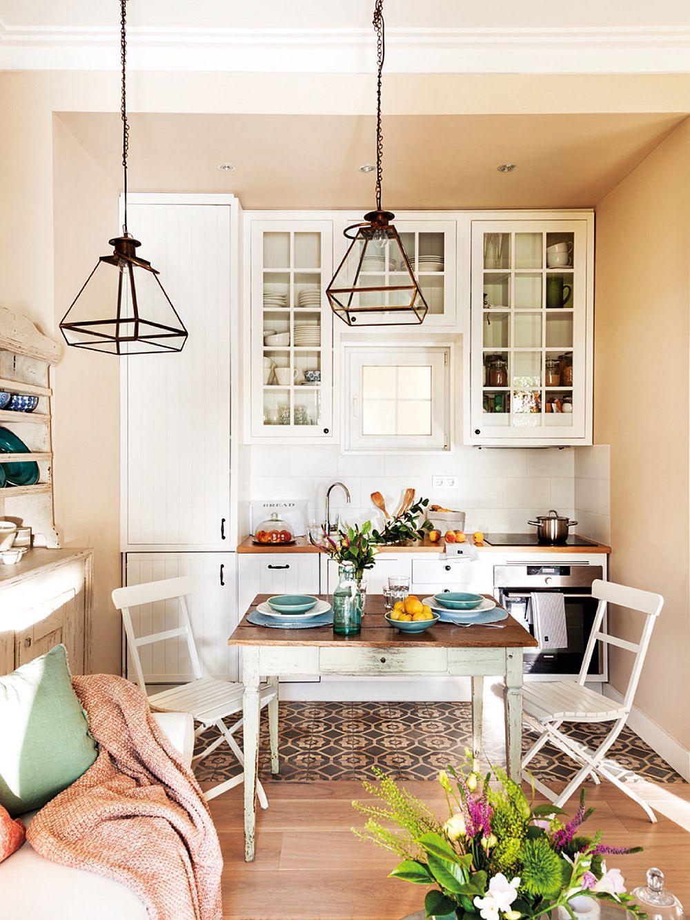 Bucătăria este de mici dimensiuni și ea comunică direct cu livingul. Astfel, chiar dacă nu are fereastră proprie, bucătăria beneficiază de iluminat natural prin intermediul ferestrelor livingului.