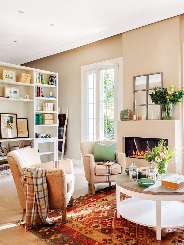 Deși camera de zi este simplă, unde toate piesele de mobilă ce ocupă suprafețe mari sunt preponderent albe, designerul a adus culoare prin intermediul covorului cu motive etnice. De asemenea nuanța zugrăvelii, deși pastelată, vine să pună în evidență tâmplăria albă, de unde și senzația de ordine.