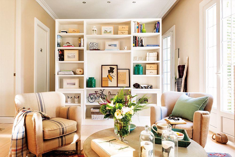 Interesantă soluțai de separare între living și dormitor. Practic, un ansamblu de mobilier le desparte. Înspre living este configurată o bibliotecă, iar înspre dormitor este organizat un dulap. În lateralele acestui ansamblu de mobilier este lăsat spațiu de circulație, care facilitează accesul între spații, dar și circulația luminii naturale.