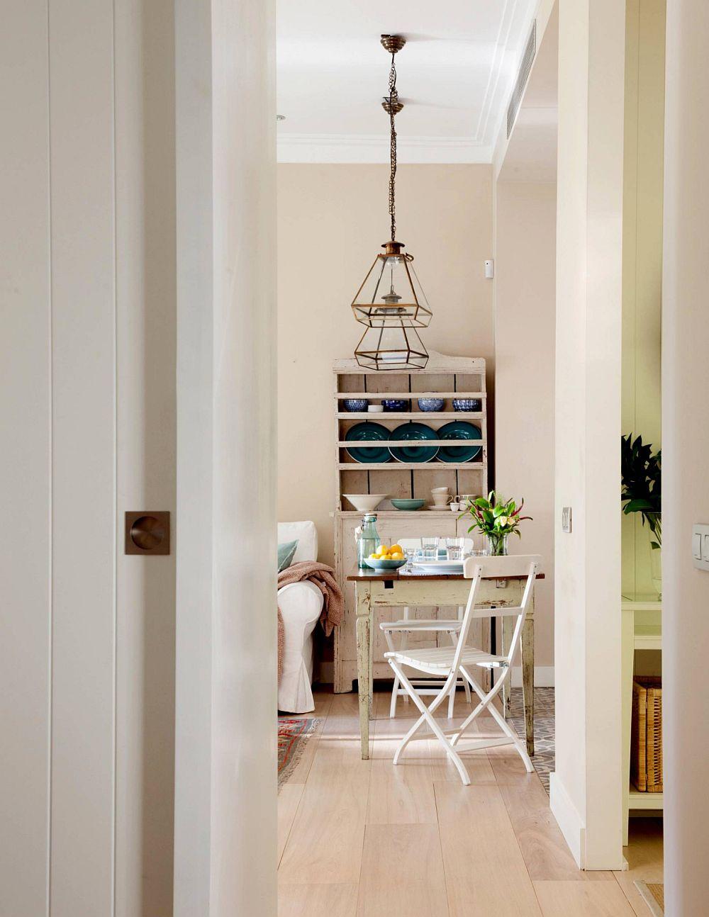 Accesul în locuință se face printr-un hol separat față de spațiul generos, care este împărțit între zona de zi și zona de noapte.