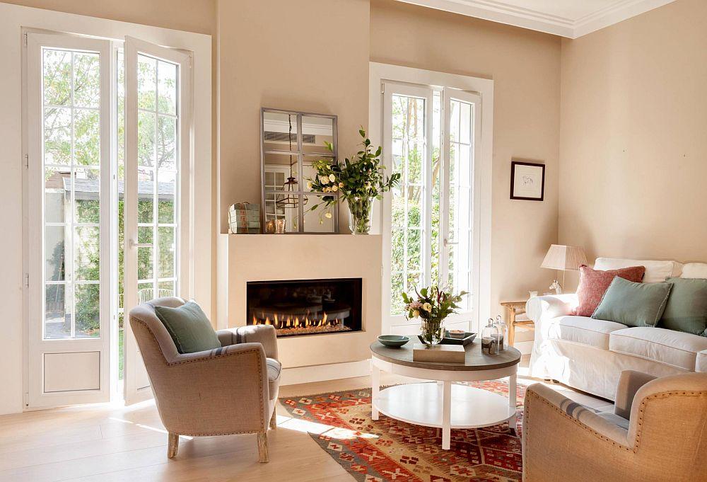 Livingul este organizat în jurul șemineului excelent plasat între cele două ferestre. Aceste ferestre sunt ca două tablouri generoase care se deschid către mica grădină, așa că prea multe decorațiuni nu au fost necesare.