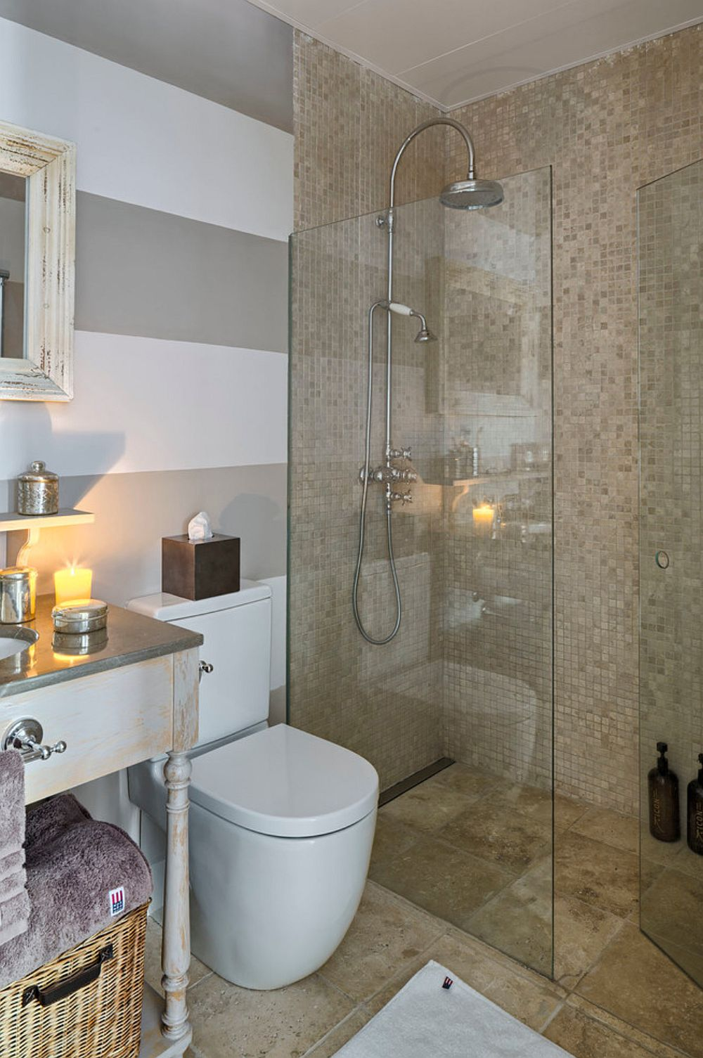 Peretele din zona lavoarului și a vasului wc este finisaj cu vopsea, iar în zona de duș, prevăzut cu rigolă îngropată, pereții sunt îmbrăcați în mozaic. Pardoseala este din plăci de travertin.