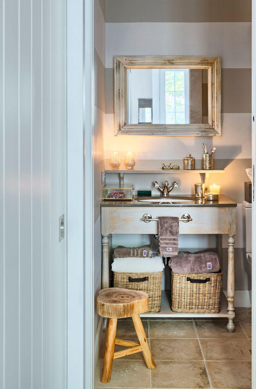 Baia este mică, dar funcțional organizată. Pentru a continua stilul combinat de amenajare - rustic și scandinav designerul a ales un mobilier care să personalizeze spațiul în acord cu finisajele.
