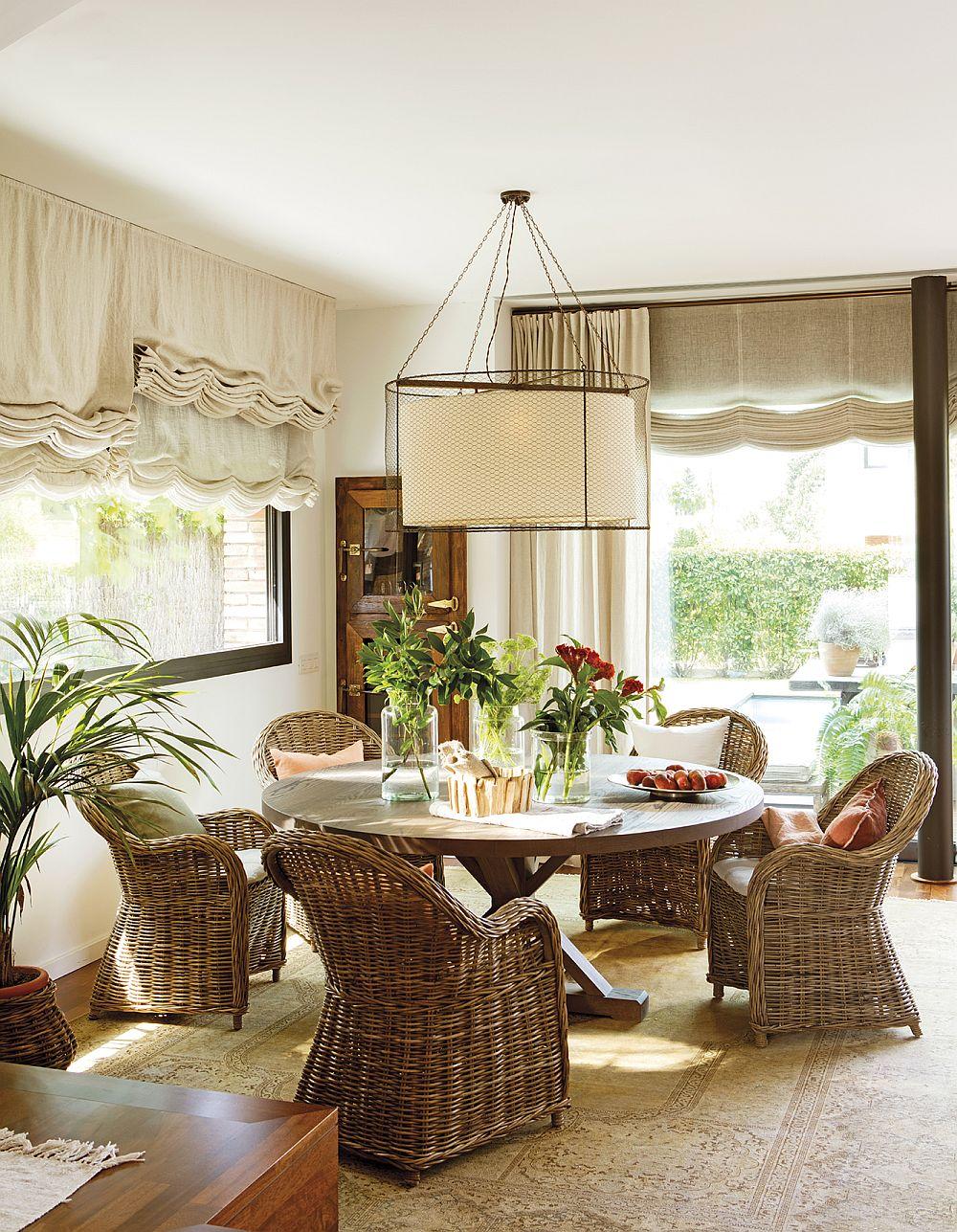 Pentru locul de masă s-au ales piese de mobilier care sunt de regulă din gama celui destinat pentru terasă și grădină. Zona, completată de țesături textile, devine mult mai caldă și confortabilă. Este vorba de nuanțe naturale, dar și texturi familiare.