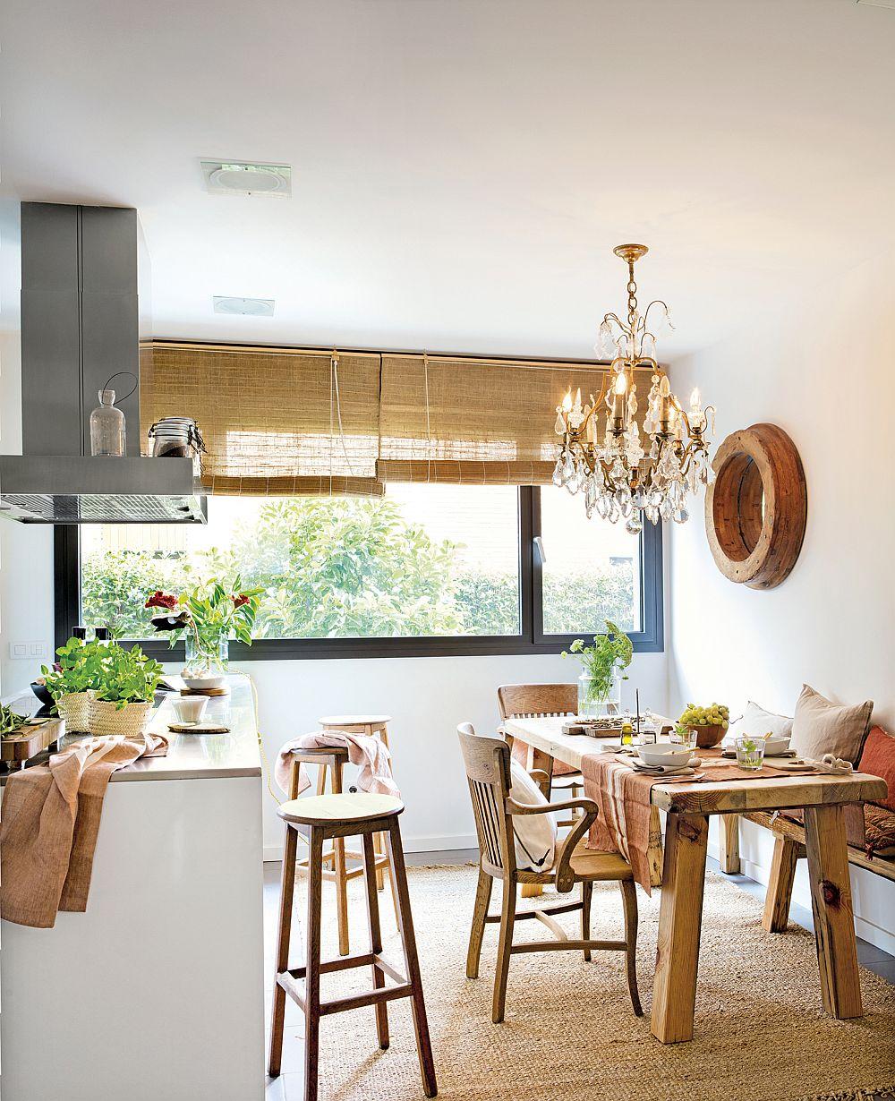 Locul de luat masa din bucătărie a fost mobilat cu piese rustice. De asemenea, pentru a induce o atmosferă mai prietenoasă, au mixat pe decorațiuni textile. Un covor din iută, precum și storurile din împletituri, alături de perne colorate aduc tușe confortabile în spațiul tehnic al bucătăriei. Desigur, un corp de iluminat cu aspect vintage completează atmosfera.