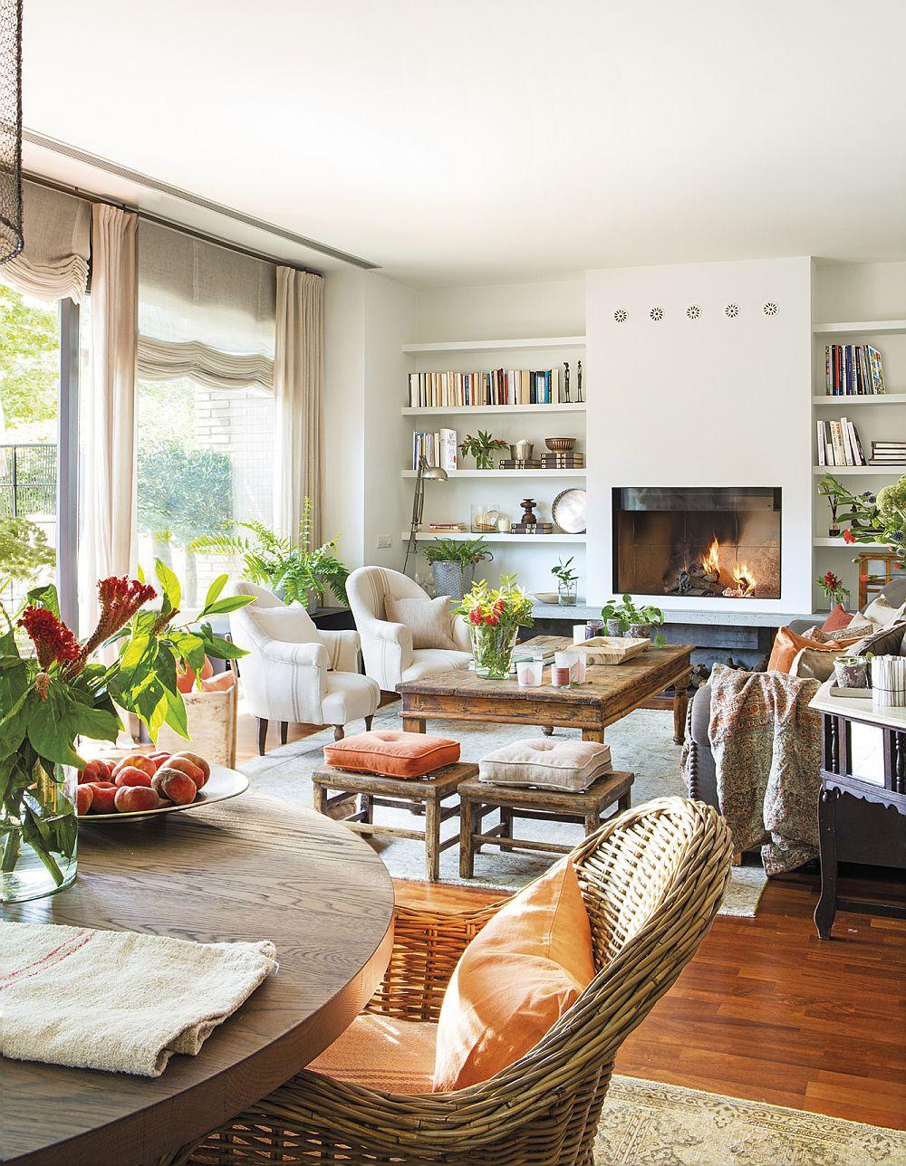 Livingul era simplu, cu un șemineu încadrat de rafturi - totul actual, pe alb. Însă mobila și dcorațiunile imprimă atmosfera camerei.