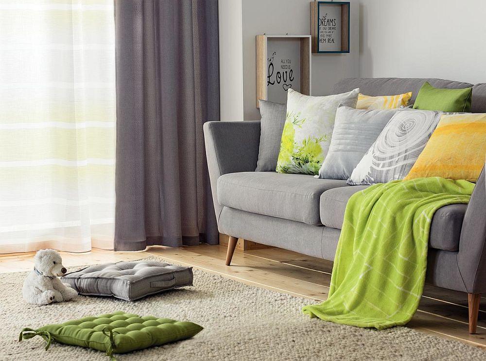 Când ai finisaje maro, dar decorațiunile textile cu suprafețe mari de gri, poți asorta cu ușurință orice alte obiecte mici, cum ar fi pernele fantezie sau păturile din gama nuanțelor de verde și galben. Combinația de verde și galben va da un aer proaspăt, primăvăratic livingului tău.