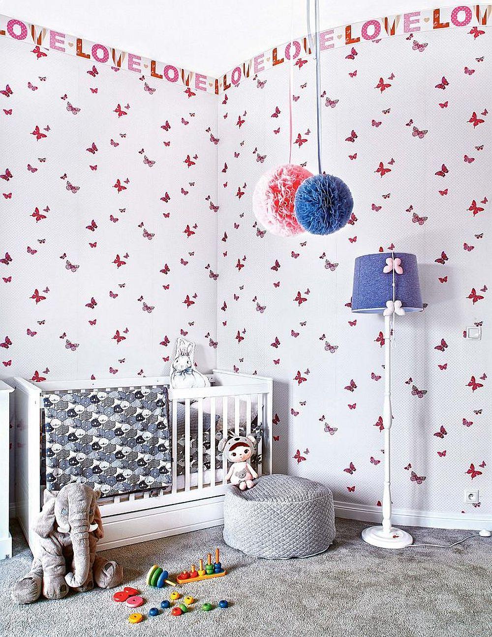 Camera fetiței este decorată simplu și mobilată cu strictul necesar pentru vârsta de trei ani. Chiar dacă tapetul este mai jucăuș și colorat, mobila albă și mocheta gri păstrează linia abordată în toată casa.