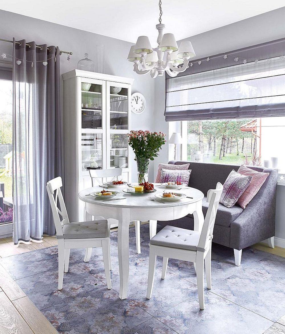 Locul de luat masa este situat între living și bucătărie, iar spațiul pare să fie ca un refugiu relaxant, grație prezenței unei canapele în zonă, loc și pentru conversație, dar și pentru lectură. Ferestrele ample contează mult aici, mai ales că pe timpul sezonului cald vegetația de afară pare să coloreze și interiorul casei.