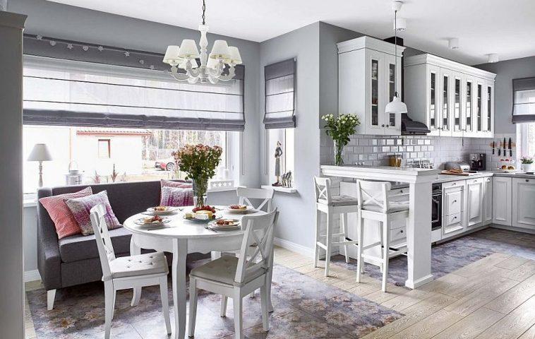 Bucătăria nu este separată față de restul zonelor, ceea ce face ca spațiul de pe centrul parterului să fie liber și ca atare totul să se simtă mai aerisit și mai luminos. Penru a proteja pardoseala, designerul a prevăzut ca parchetul să fie combinat cu plăci ceramice din colecția Villeroy & Boch.