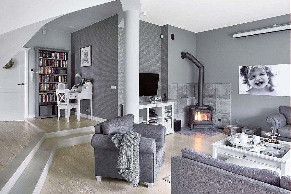 Parterul are o diferență de nivel între zona de intrare și spațiul alocat livingului. Imediat la intrarea în casă, este amenajat un loc de birou, iar sub scară se află cuierul. În toată casă combinația de alb, gri și negru este prezentă, iar pardoseala este din parchet, ales într-o nuanță deschisă.