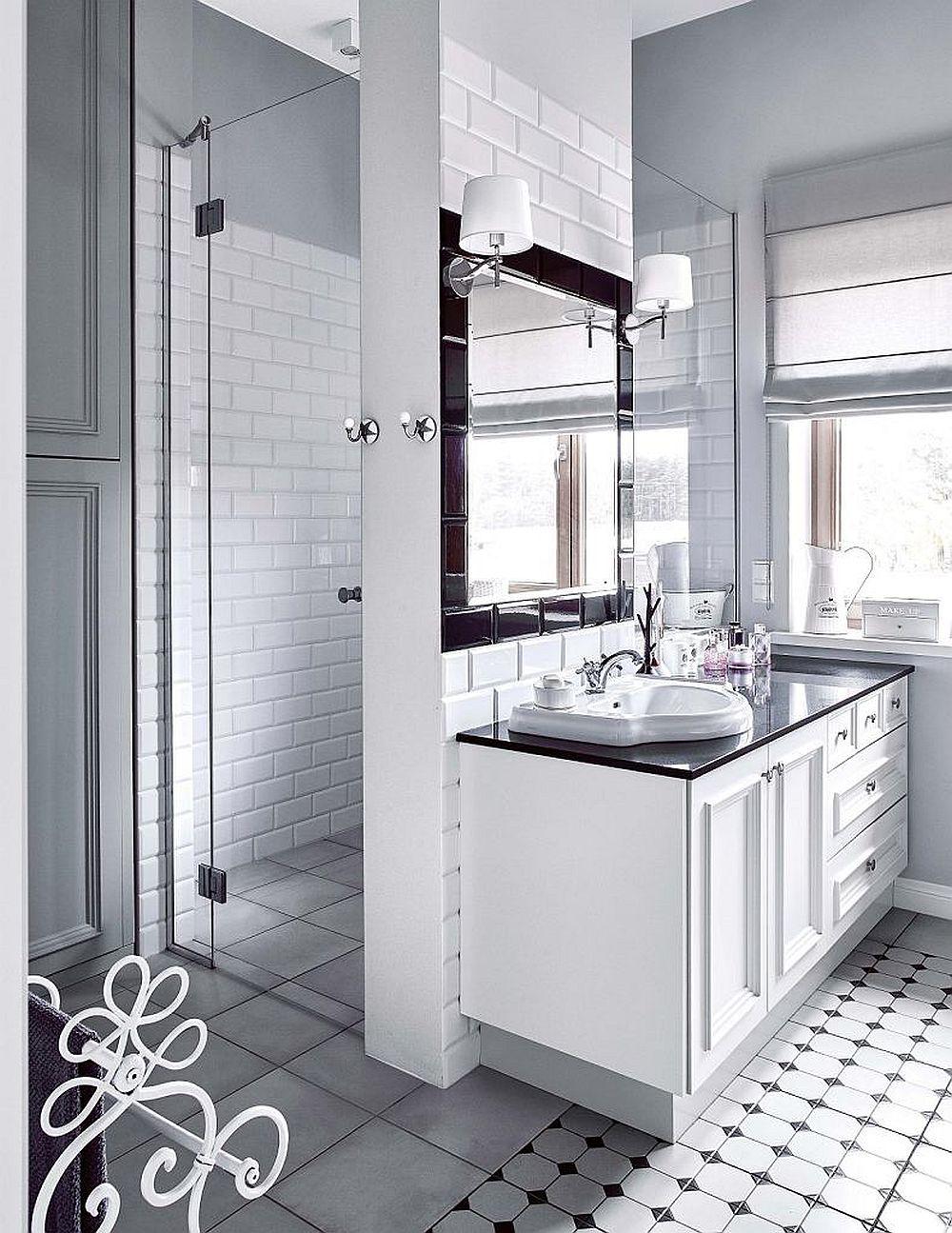 În baia matrimonială s-a dorit și loc de duș, dar pentru a-l lumina natural, designerul a prevăzut un panou de sticlă nu doar pentru intrarea în duș, ci și între acesta și zona de lavoar. Astfel, chiar dacă este o singură fereastră în baie, ea asigură lumină naturală peste tot.