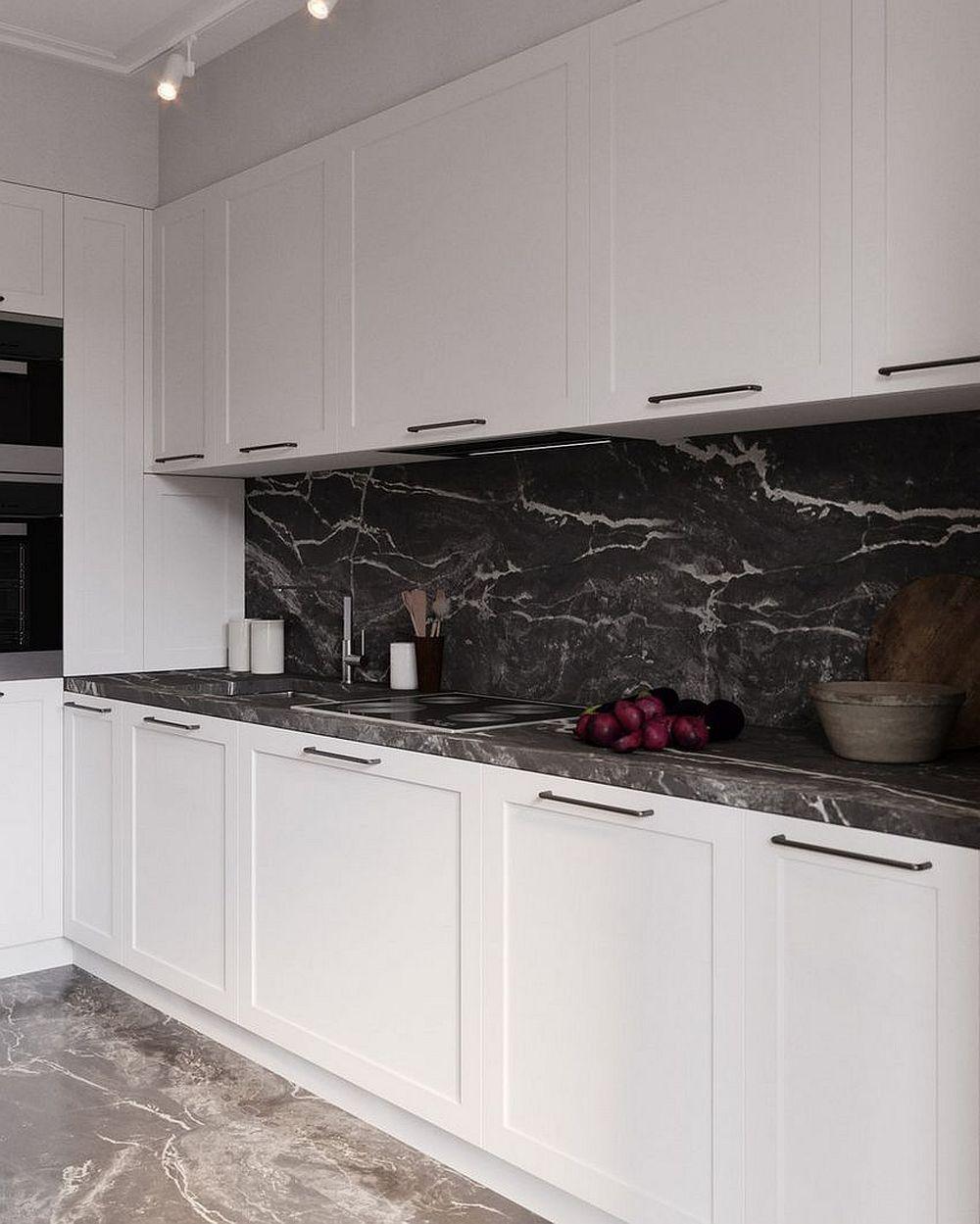Pentru ca imaginea bucătăriei să nu fie fragmetată de către electrocasnice, cuptoarele și frigiderul au fost grupate într-o parte, iar în rest linia este curată.