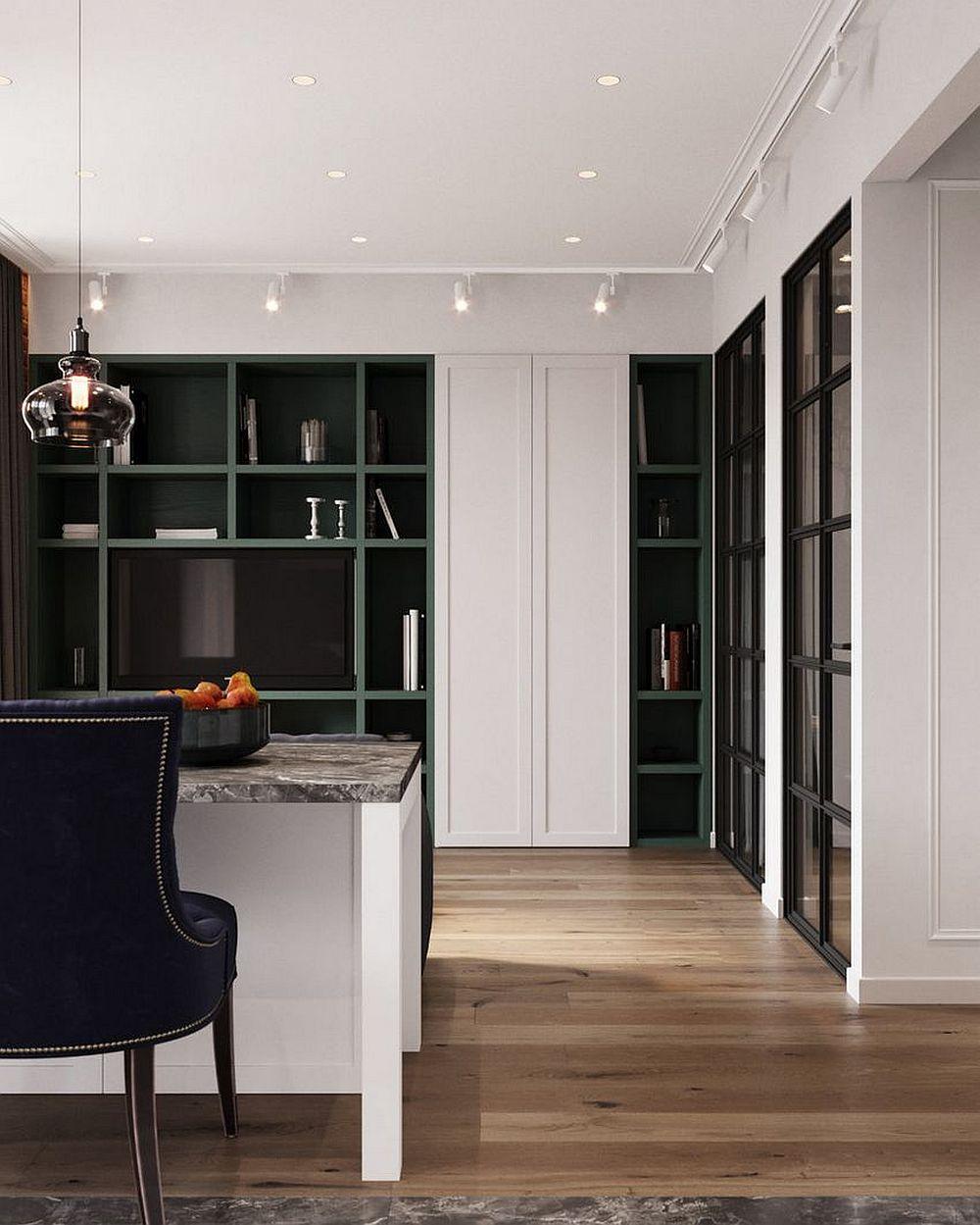 Dinspre bucătărie zona de dormitor abia se simte, totul fiind armonizat la nivel de modele prezente în cameră, culori și dimensiuni. Dulapul alb pare mai degrabă o bucată de perete decorat decât un spațiu de depozitare încadrat de rafturi.