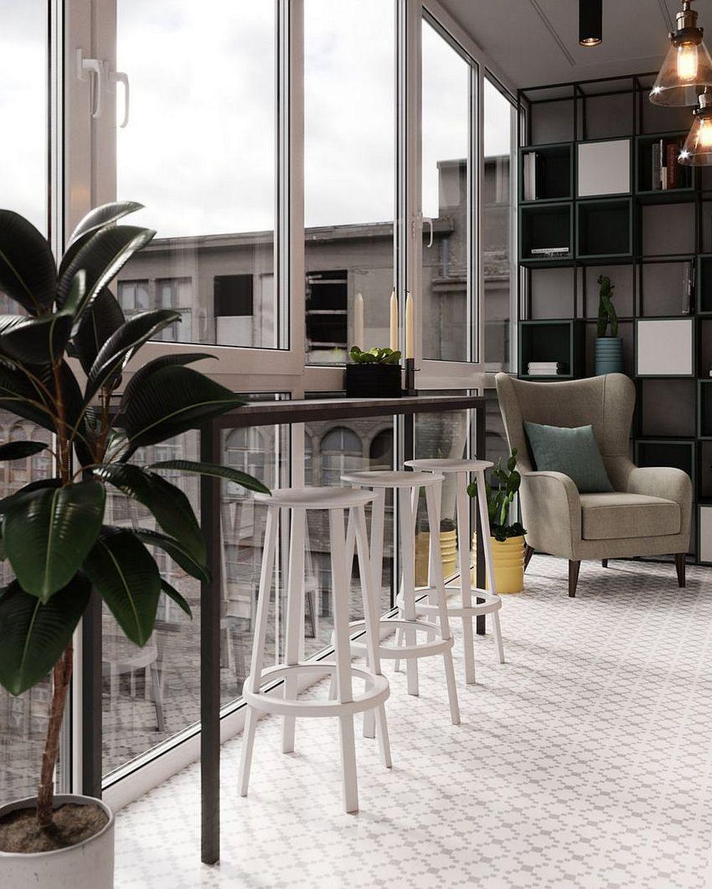 În atmosfera spațiului amenajat pe balcon contează foarte mult faptul că lumina naturală pătrunde din plin ep ferestrele înalte. Chiar dacă spațiul este lung și îngust el nu se simte claustrofobic grație ferestrelor.
