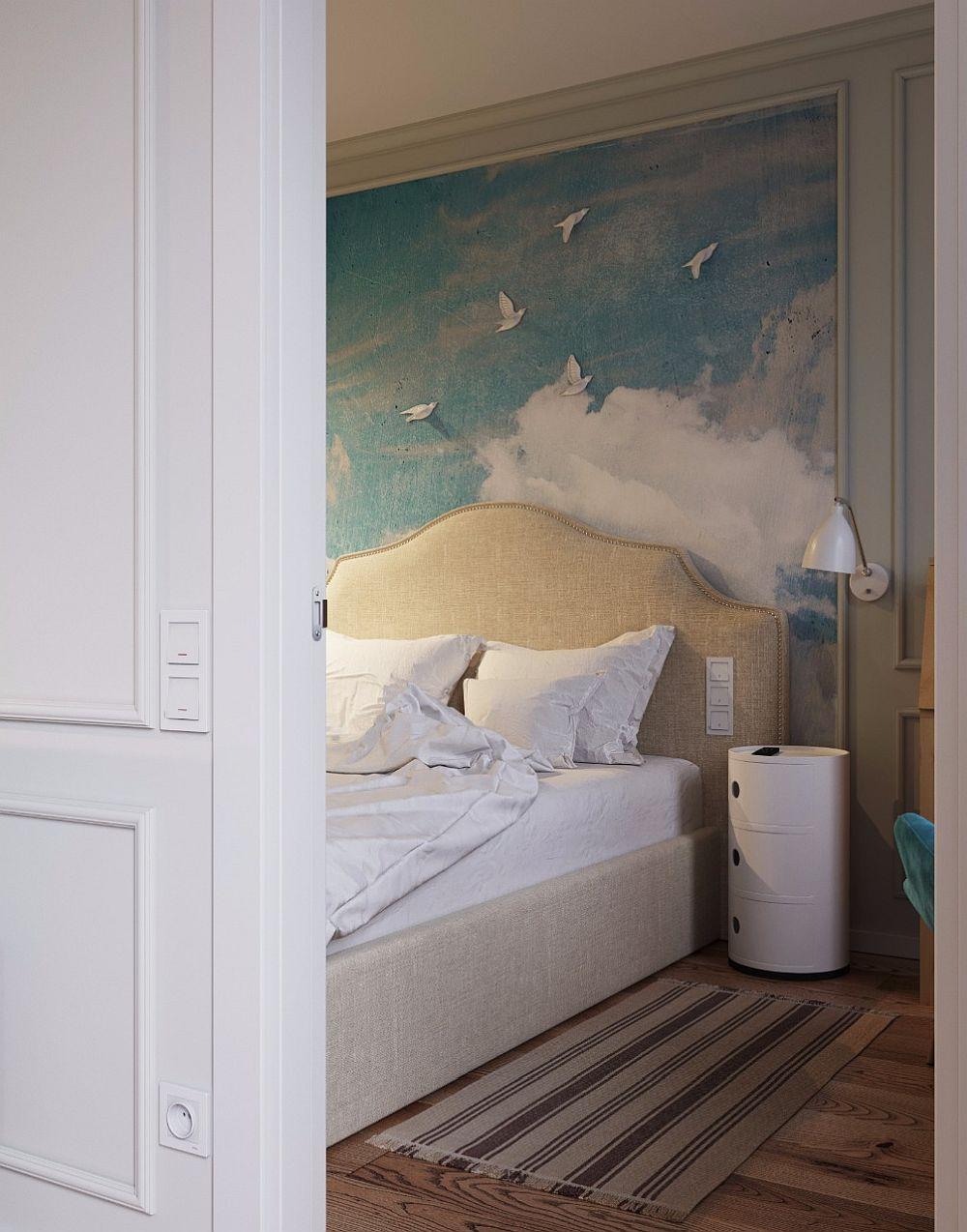 Dormitorul are aerul clasic pe care și l-a dorit proprietara, stil sugerat prin tăblia patului.
