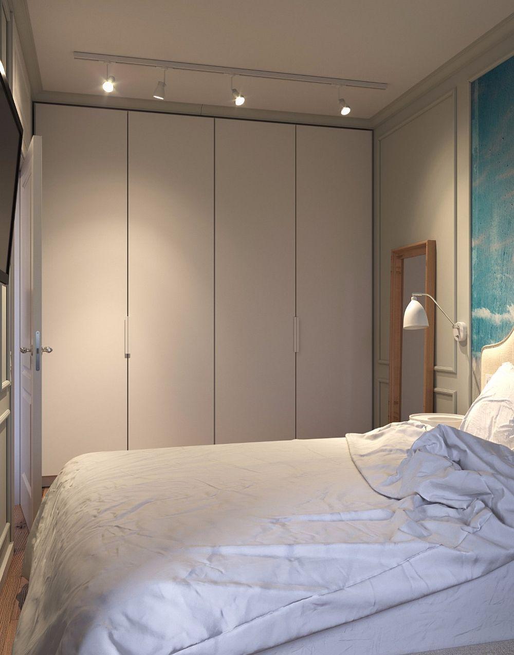 Pe toată lățimea dormitorului este gândit un dulap cu fețe simple realizat pe comandă după schițele arhitecților.