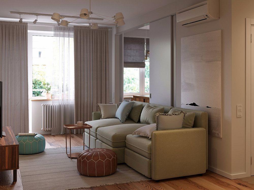 Faptul că în fața ferestrei nu este amplasată nicio piesă de mobilă contează în atmosfera generală a camerei. Lumina naturală pătrunde din plin, dar și accesul către balcon se face mai ușor.