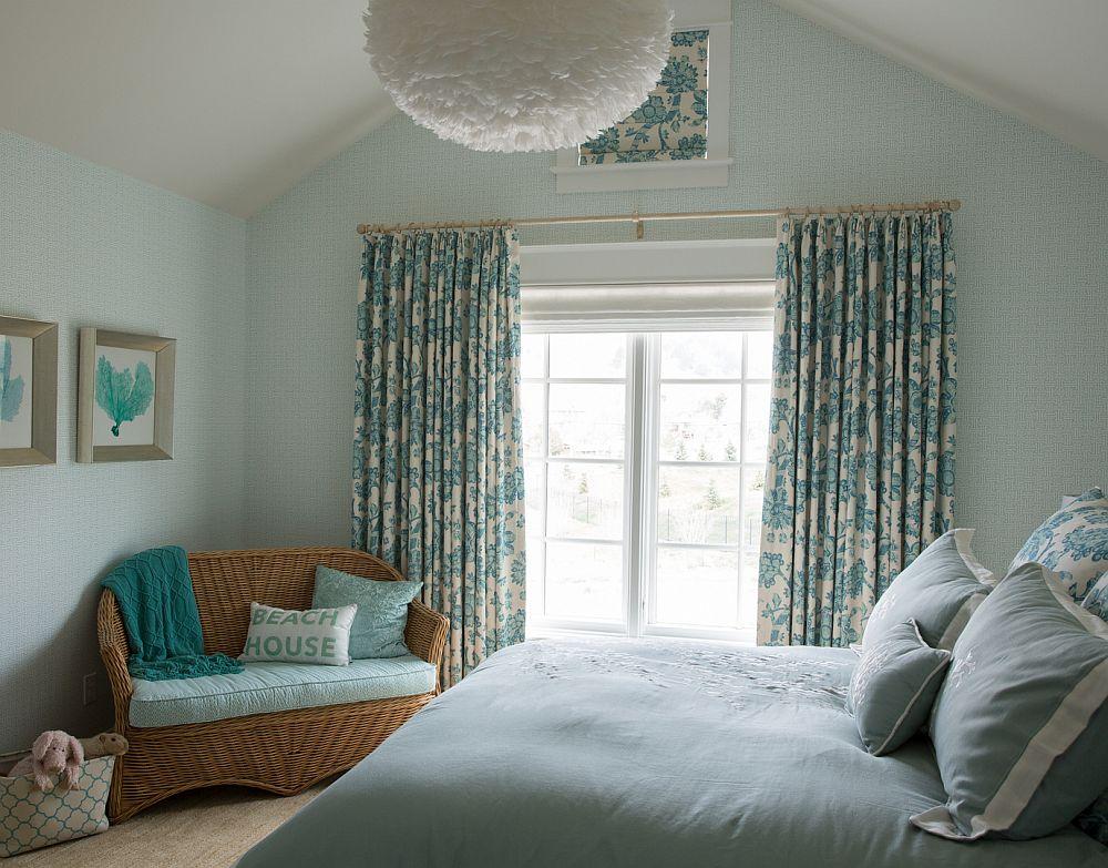 Dormitor relaxant prin combinația de nuanțe, dar și prin specificul pieselor de mobilier.