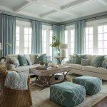 Un living generos cu o așezare ordonată a obiectelor mari, respectiv al pieselor de mobilă pentru ședere. Și totuși nu pare nimic monoton. De ce?
