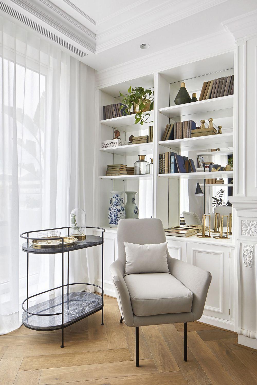 Când se dorește ca lumina naturală să se simtă din plin la interiorul unei camere, secretul este ca ea să nu fie obturată de obiecte. Chiar și atunci când în fața ferestrei se doresc a fi poziționate piese de mobilier, designul acestora contează în ambient. Cu cât sunt mai grafice, mai delicate, cu atât mai puțin împiedică lumina naturală să ajungă către centrul camerei.