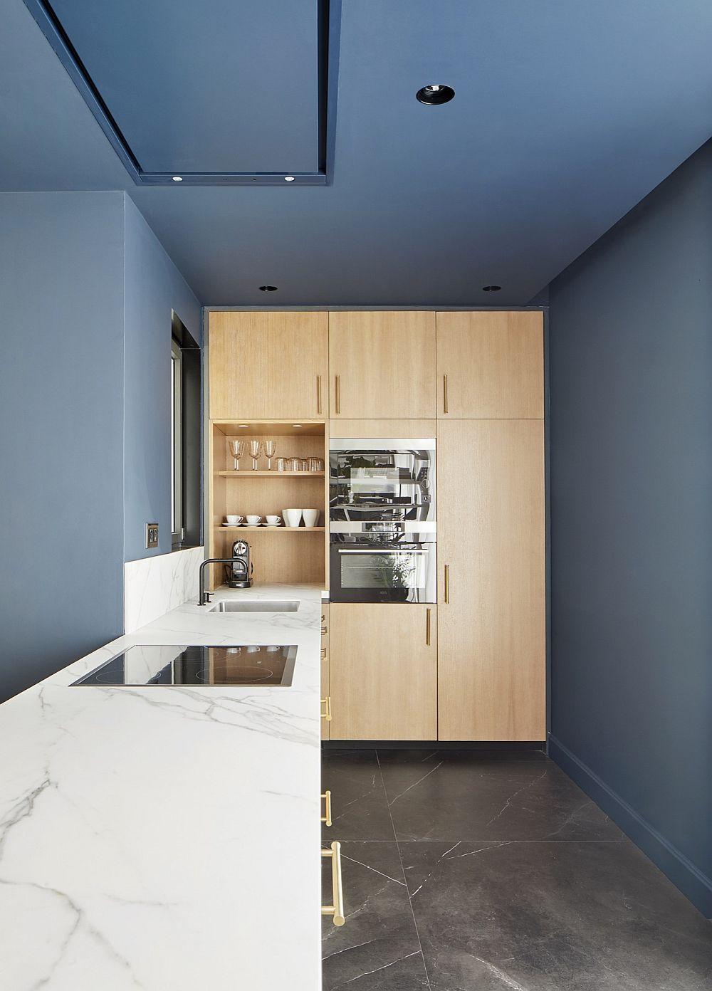 Zona ce înglobează electrocasnicele mari din bucătărie este mai retrasă, atenându-se astfel caracterul tehnic al acesteia în spațiul deschis al zonei de zi.