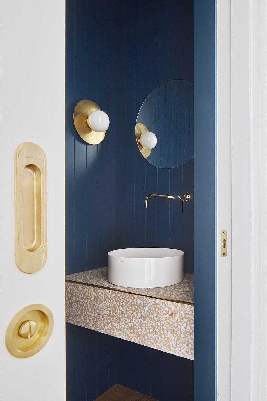 Baia de serviciu este un spațiu mic, dar elegant tratat în aceleași nuanțe ca zona sufrageriei. Detaliile aurite sunt continuate peste tot ca pretext de strălucire care să amplifice senzația de lumină naturală.