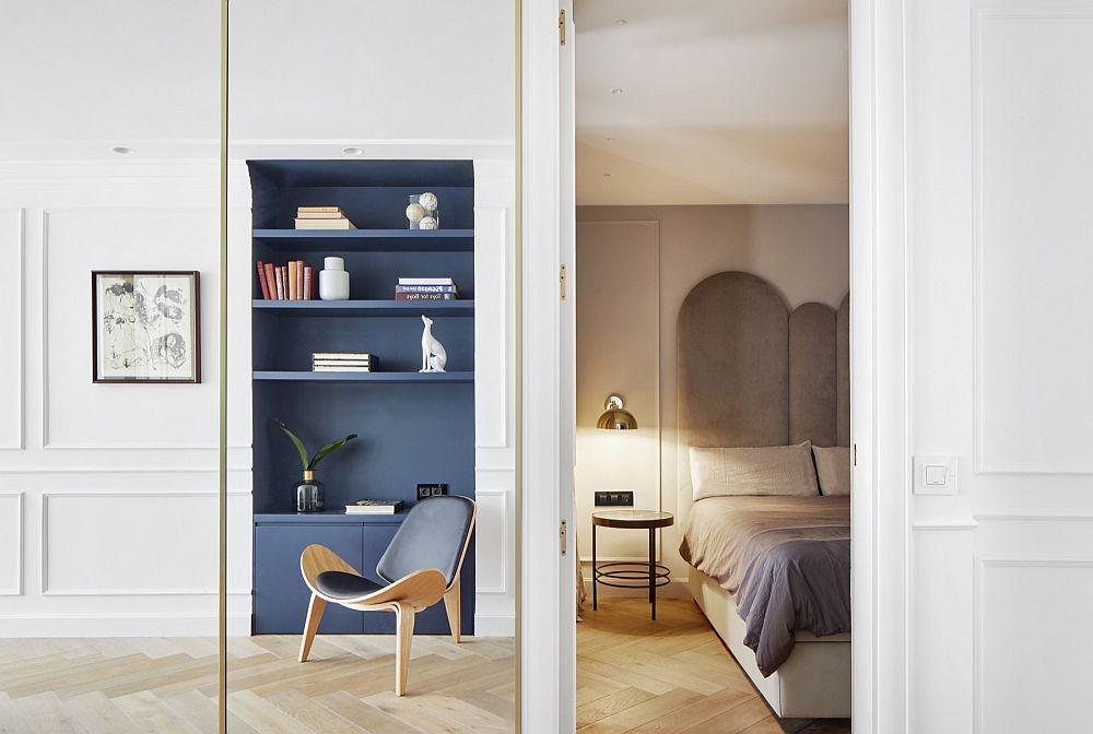 Imagine dinspre holul zonei de noapte cu un alt dormitor tratat în nuanțe neutre.
